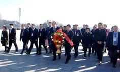 위대한 수령 김일성동지와 위대한 령도자 김정일동지의 동상에 외국손님들과 해외동포들 꽃바구니 진정3