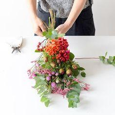 聞き手・文・写真 スタッフ二本柳束ねて結んで、吊るすだけ。 最近、「スワッグ」という言葉を耳にすることが増えました。ドイツ語で「壁飾り」という意味を持つスワッグは、思い思いにお花を選んだら束