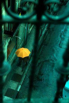 La del paraguas amarillo entre callejones.