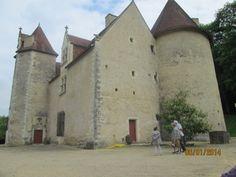 La Motte (86): toutes les pièces possédent des cheminées, modestes dans les tours mais beaucoup plus grandes et décorées dans le corps de bâtiment, où l'une d'elles porte les armes des Montbrun.