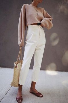 Are you looking for effortless minimalist outfit ideas to refresh your spring wardrobe? For no brainer easy mornings, we round up fifteen looks to get you inspired. Mode Outfits, Casual Outfits, Fashion Outfits, Womens Fashion, Fashion Trends, Petite Outfits, Unique Outfits, School Outfits, Hijab Fashion