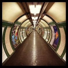 #London #londonunderground #undergroundstation #centrallondon #England #britishtransport London Underground Train, Notes From Underground, Underground Tube, London Transport, London Travel, Cycling In London, Tube Train, London View, Black White