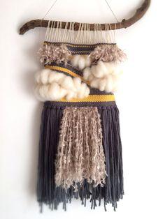 Tejido arte de fibra de tapiz de pared colgante de pared Tapestry Weaving, Loom Weaving, Hand Weaving, Diy Home Crafts, Crafts To Make, Arts And Crafts, Weaving Projects, Macrame Projects, Weaving Wall Hanging