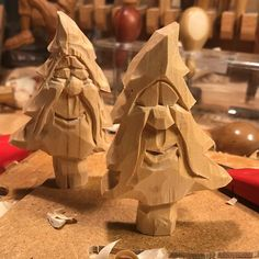 Whittling Projects, Whittling Wood, Carving Designs, Wood Carving Patterns, Christmas Wood, Christmas Crafts, Dremel Carving, Chip Carving, Santa Ornaments