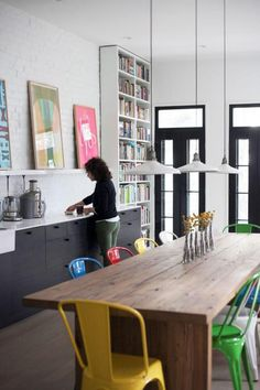 salle à manger style industriel, table en bois rectangulaire, chaises tolix