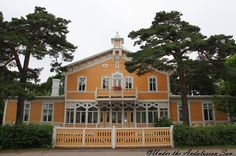 One of those lace villas in Hanko, Finland. Hanko is a very beautiful and windy little town. It's the most southern point in Finland. There are lot of beautiful lace villas along the beach path. Wooden Buildings, Sims 4 Build, Beautiful Places In The World, Countryside, Places To Go, Villa, Exterior, Mansions, Architecture