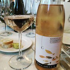Oggi andiamo di rosato! Fresco, elegante e fruttato, spesso non c'è modo migliore di iniziare il pasto. 🍷❤ Ci chiediamo come possa essere gente ancora che non gradisce il #vino rosato....qualcuno di voi la pensa così? Dite la vostra 🙋 . #cultoridelvino #bardolino #rose #rosewine #vinorose #piemonte #winelovers #winelife #chiaretto