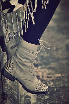 In love with studded combat boots - Shoes Beauty And Fashion, Passion For Fashion, Womens Fashion, Fashion News, Dream Shoes, Crazy Shoes, Cute Shoes, Me Too Shoes, Edgy Shoes