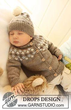 """Sættet består af: Strikket DROPS jakke med rundt bærestykke og høj hals, hue og sokker med mønster i """"Merino Extra Fine"""". ~ DROPS Design"""