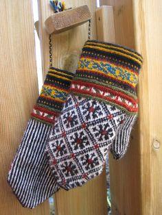 Lappone: BALTIC - Mittens in twined knitting/bra sätt att använda restgarner Mittens Pattern, Knit Mittens, Knitted Gloves, Knitting Socks, Hand Knitting, Wrist Warmers, Hand Warmers, Knitting Charts, Knitting Patterns