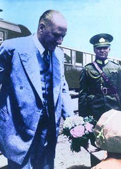 Cumhuriyet'in kurucusu Mustafa Kemal Atatürk'ün siyah-beyaz ve renklendirilmiş fotoğrafları Genelkurmay'ın internet sitesindeki Atatürk Köşesi'nden yayınlanıyor. İşte Atatürk'ün az bilinen fotoğrafları...
