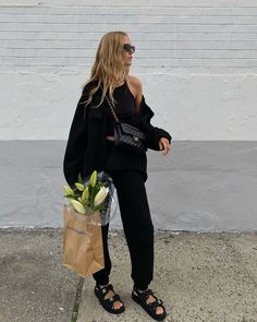 Minimalist style is universally chic. Here's how to nail minimalist style in Spring Hint: It involves athleisure looks. Use these tips to plan your minimalist summer outfits. Mode Outfits, Casual Outfits, Fashion Outfits, Womens Fashion, Fashion Tips, Fashion Trends, Cute All Black Outfits, Black Summer Outfits, Fashion Skirts
