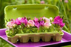Met kleine vaasjes en mooie bloemen maak je van een oude eierdoos zo leuke paasversiering. #Pasen #paasdecoratie #JumboSupermarkten