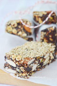 Mueslibar full with nuts, cranberry's and muesli, raw and easy  Notenreep met pruimen en muesli - Carola Bakt Zoethoudertjes
