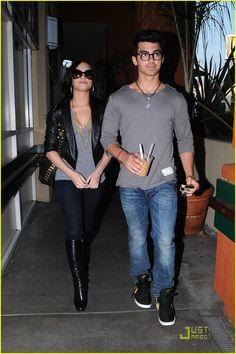 Joe Jonas & Demi Lovato: Grocery Giggly   joe jonas demi lovato giggly grocery 11 - Photo