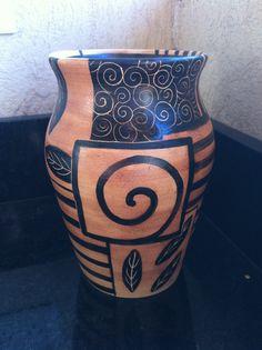 Jarron de ceramica realizado en torno alfarero y pintado a mano y esgrafiado