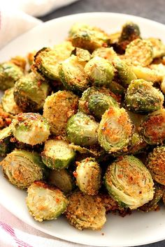 Garlic Parmesan Roasted Brussels Sprouts Recipe - fragrant and flavorful vegetable side dish. Perfectly roasted Brussels sprouts with Parmesan breadcrumbs coating and spices. for dinner healthy Roasted Brussels Sprouts - Crunchy Creamy Sweet Veggie Side Dishes, Side Dish Recipes, Food Dishes, Pork Loin Side Dishes, Salmon Side Dishes, Healthy Side Dishes, Sides With Salmon, Roast Dinner Side Dishes, Chicken Side Dishes