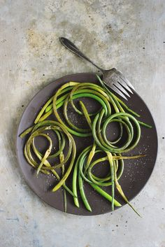 Simple grilled garlic scapes with olive oil and seasoned with sea salt and pepper. An easy, whole garlic scape recipe. Grilled garlic scapes make a flavorful side dish. Side Dish Recipes, Vegetable Recipes, Side Dishes, Vegetarian Recipes, Veggie Dishes, Scape Recipe, How To Cook Asparagus, Vegetable Sides, Grilling Recipes