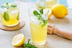Gezonde citroenlimonade wordt tegenwoordig door steeds meer mensen zelf gemaakt, in plaats van de kant en klare limonade suikerbommen. Vandaar dat de blog van vandaag een recept is om zelf heerlijke citroen limonade te maken. Deze citroenlimonade is een van onze favorieten die wij wekelijks drinken! Dit home made limonade recept is zeer gemakkelijk te bereiden en tevens een lekker fris drankje om de dag mee te beginnen. Veel mensen onderschatten de start van de dag, met dit home made…