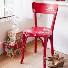 Une chaise ornée de clous de tapissier / A chair with bullen nails