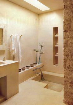 eenvoud..... Moroccan bathroom tadelakt. Kinda cool.. Bathtub in the floor.