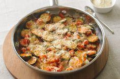 Vous cherchez une nouvelle façon d'apprêter les courgettes? Mélangez des courgettes, des oignons et des poivrons rouges avec de la sauce pour pâtes afin de préparer ce plat d'accompagnement coloré.