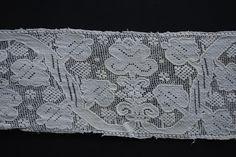 Středový pás z obřadní plachty, výšivka na síti. Sehradice, kolem 1790. Sbírka Muzea jihovýchodní Moravy ve Zlíně