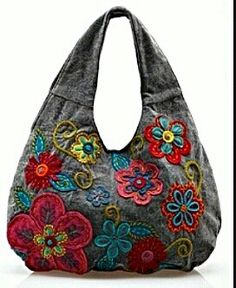 Bolsos denim y flores bordadas spijkerstof tas met gehaakte of vilt blommen gaaf! Patchwork Bags, Quilted Bag, Jean Purses, Purses And Bags, Bag Quilt, Denim Handbags, Quilted Handbags, Mk Handbags, Diy Sac