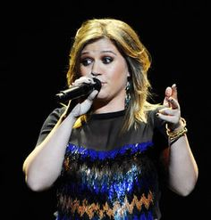 "Kelly Clarkson Covers Adele's ""Someone Like You"" (VIDEO)"