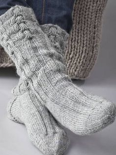 Knitting Patterns Men Knitted man& socks with cables Shoe size of about 42 ~ FREE pattern Crochet Socks, Knitting Socks, Hand Knitting, Knitting Patterns, Knit Crochet, Wool Socks, Look Fashion, Knitting Projects, Free Pattern