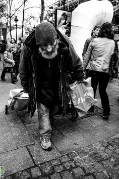 The other face of Paris - Beggar, HomeLess, HomeLessNess, Sans Abris, Obdachlos… Homeless People, Homeless Man, Helping The Homeless, Face Photography, Street Photography, Motivational Quotes For Life, Old Men, Social Issues, My Heart Is Breaking