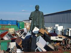 Statue of Lenin in trash