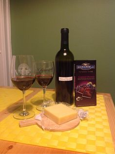 Wine in the chocolate bar this time around! Delicious with flavors of rich cocoa and blackberry and grape. Cabernet Sauvignon, Cheddar, Blackberry, Red Wine, Cocoa, Alcoholic Drinks, Treats, Snacks, Bar