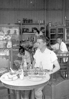 Kopitiam in Singapore - 1950 History Of Singapore, Singapore Photos, Old Pictures, Old Photos, Chinese Bar, Lee Movie, Asian Photography, Photographs And Memories, British Colonial Style