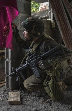 Philippine soldier, Battle of Marawi. Philippine Army, War Photography, Army Uniform, Us Marines, Military Life, Modern Warfare, Navy Seals, Guns And Ammo, Troops