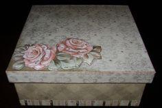 Caixa em MDF com aplicação de scrap, cristais e arte francesa na rosa