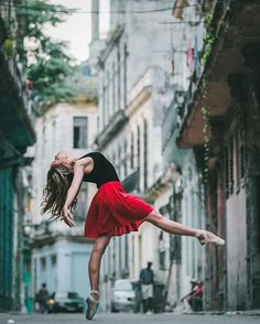 Ballet Dancers - Photographer Omar Robles documenting ballet dancers on the streets of Cuba is nothing short of majestic.