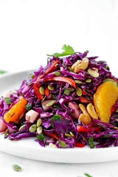 Make yourself a sunny and breezy Detox Red Cabbage Slaw for dinner tonight. This beach body friendly salad will keep you slim and healthy all summer long! Healthy Eating Recipes, Healthy Salads, Healthy Dishes, Yummy Noodles, Red Cabbage Salad, Feel Good Food, Summer Salads, Side Dish Recipes, Stuffed Peppers