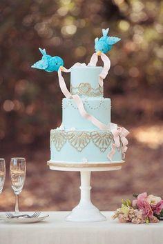 On adore ce gâteau sorti tout droit d'un conte de fées !  Très féminin avec son joli ruban, on se demande toujours comment tiennent ces petits oiseaux...