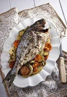 Οι τσιπούρες μπορεί να σας ταλαιπωρήσουν λιγάκι στο καθάρισμα, αλλά το γευστικό αποτέλεσμα αυτής της συνταγής θα σας δικαιώσει. Greek Fish Recipe, Greek Recipes, Fish Recipes, Seafood Recipes, Recipies, Seafood Dishes, Fish And Seafood, Food Network Recipes, Cooking Recipes
