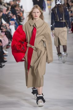 The complete Maison Margiela Fall 2018 Ready-to-Wear fashion show now on Vogue Runway. Autumn Fashion 2018, Fall Fashion Trends, Fashion Week, Runway Fashion, High Fashion, Fall Outfits, Fashion Outfits, Smart Casual Outfit, Haider Ackermann