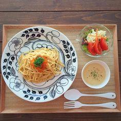 アラビアの「ブラックパラティッシ」でおしゃれに北欧コーディネートを - macaroni Miscellaneous Goods, Japanese Dishes, Food Design, Food Photo, Dinnerware, Spaghetti, Meals, Tableware, Ethnic Recipes