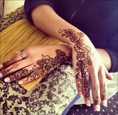 A beautiful fusion-twist on the classic Arabic mehndi are the Dubai mehndi designs. Check out these 41 chill AF new contemporary Dubai mehndi designs. Henna Hand Designs, Mehndi Designs 2014, Simple Arabic Mehndi Designs, Beautiful Mehndi Design, Bridal Mehndi Designs, Mehndi Designs For Hands, Henna Tattoo Designs, Henna Tattoos, Mehandi Designs