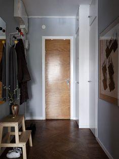 Chesterfield Armchair, Interior And Exterior, Interior Design, Hall Design, Wooden Flooring, Simple House, Pattern Wallpaper, Mid-century Modern, House Design