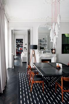 Per molti è sinonimo di eleganza: il parquet nero è una soluzione adatta ad ambienti particolarmente luminosi. Una scelta che si presta a giochi ottici ed esalta sia gli arredi in legno che quelli colorati, come si può vedere in questa casa haussmanniana a Parigi