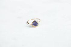 Idée et inspiration bague:   Image   Description   Raw Tanzanite Ring – Delicate Stone Ring – Rough Tanzanite Ring – Rough Gemstone Ring – Boho Ring – Raw Crystal Ring – December Birthstone