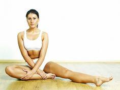 股関節が硬いと、血流やリンパの流れが悪くなり冷えやむくみが生じやすくなることをご存知ですか? つまりそれは下半身が太くなるということ。朝夜の股関節ストレッチを習慣にして、ほっそり下半身を手に入れましょう!