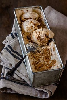 No-Churn Caramelized White Chocolate Ice Cream 19 Delicious Ice Cream Recipes You Can Make Without A Machine Ice Cream Desserts, Frozen Desserts, Ice Cream Recipes, Frozen Treats, Just Desserts, Delicious Desserts, Dessert Recipes, Yummy Food, Healthy Food
