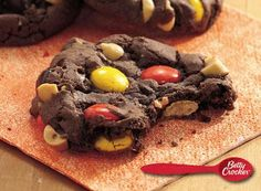 Turn to chocolate fudge cake mix for these easy and delicious cookies, decorated with peanuts and candies. Fudge Cookie Recipe, Fudge Cookies, Candy Cookies, Easy Cookie Recipes, Yummy Cookies, Dessert Recipes, Fudge Cake, Desserts, Cookbook Recipes
