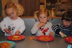 Pasta eten net als pipi, met je handen en een schaar!